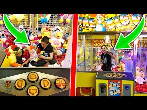 ENFERMÉS DANS UNE MACHINE À PINCE GÉANTE ! – Kids pretend play with the teleport machine