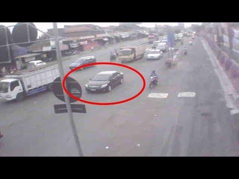 Bikin Merinding !! Perhatikan Mobil Sedan Dijalan ini, Ada sesuatu yg aneh & tak biasa…
