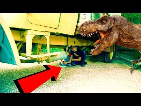 ATTAQUÉS PAR DES DINOSAURES !!! – Dinosaur attack prank & time machine
