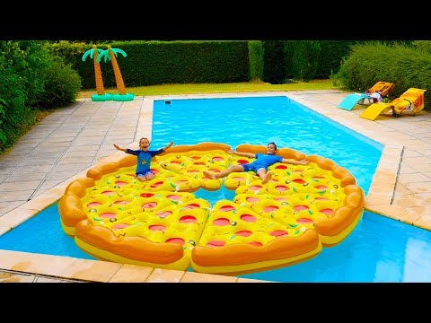 PIZZA GÉANTE DANS LA PISCINE ! – Children play with a giant inflatable pizza in swimming pool