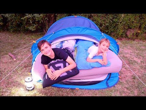 CAMPING DANS LE JARDIN – On monte une drôle de tente !