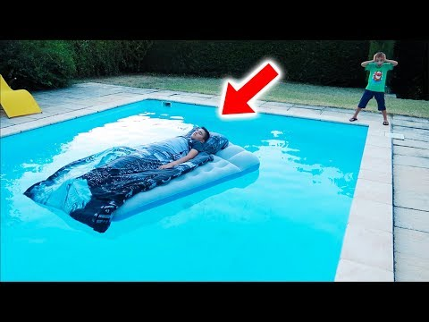 NÉO MET SON LIT DANS LA PISCINE ! – NEO'S BED IN OUR SWIMMING POOL