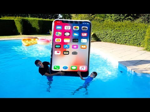 iPhone Géant dans la Piscine ! – Kids pretend play with Big iPhone in our swimming pool