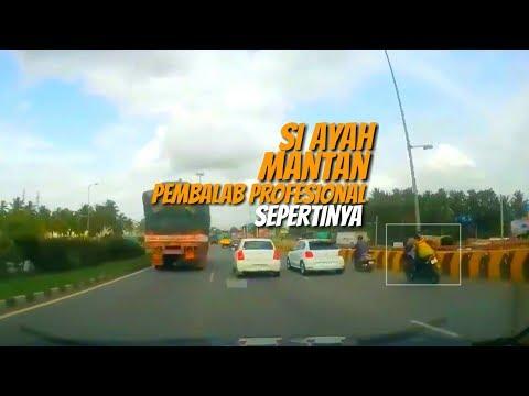 Pengendara Motor Dahului Disela – sela Mobil,Ada Motor Berhenti Ditepi Jalan