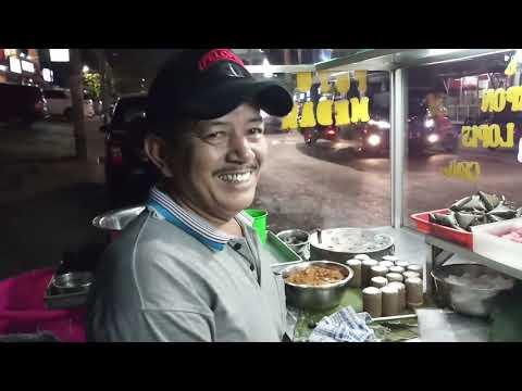 KUE TRADISIONAL INDONESIA ADA DISINI !!! 20 TAHUN PAK SYAFRIAL BERJUALAN KUE