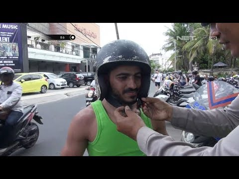 Bule Ini Tidak Mengerti Fungsi Helm Karena Tidak Ada Motor di Negaranya  – 86