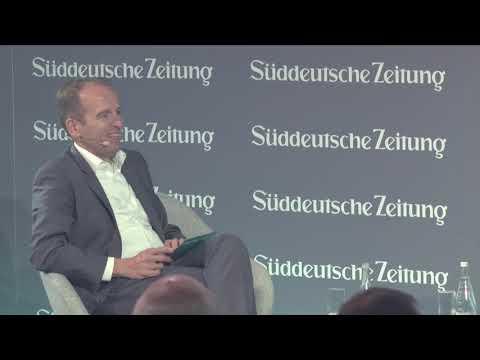 IOTA – Dominik Schiener beim Süddeutsche Zeitung Wirtschaftsgipfel 2018 (Reupload Synchron)