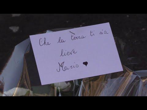 """Carabiniere ucciso a Roma, """"La terra ti sia lieve"""": messaggi e mazzi di fiori su luogo dell'omicidio"""