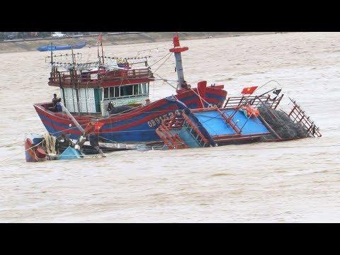 Một tàu cá bị chìm khi neo tránh áp thấp nhiệt đới ở cửa biển Nhật Lệ